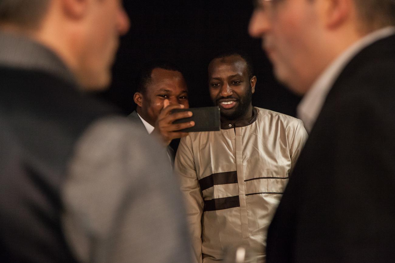 jeunes diplômés prennent un selfie -photoreportage remise des diplômes université lille 1.jpg