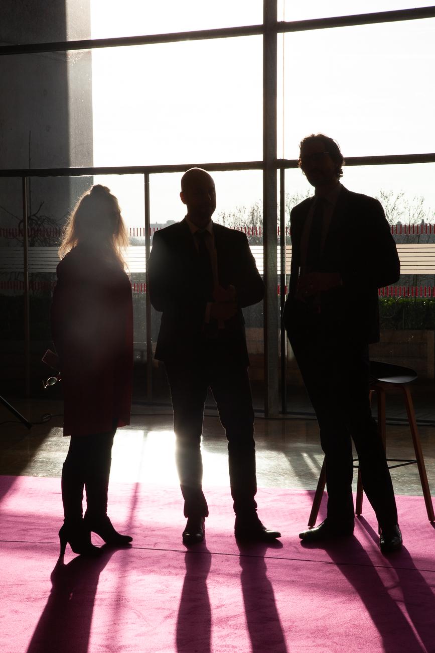 trois collaborateurs dans la lumière - photoreportage pour gan patrimoine, convention nationale 2018 au grand palais de lille.jpg