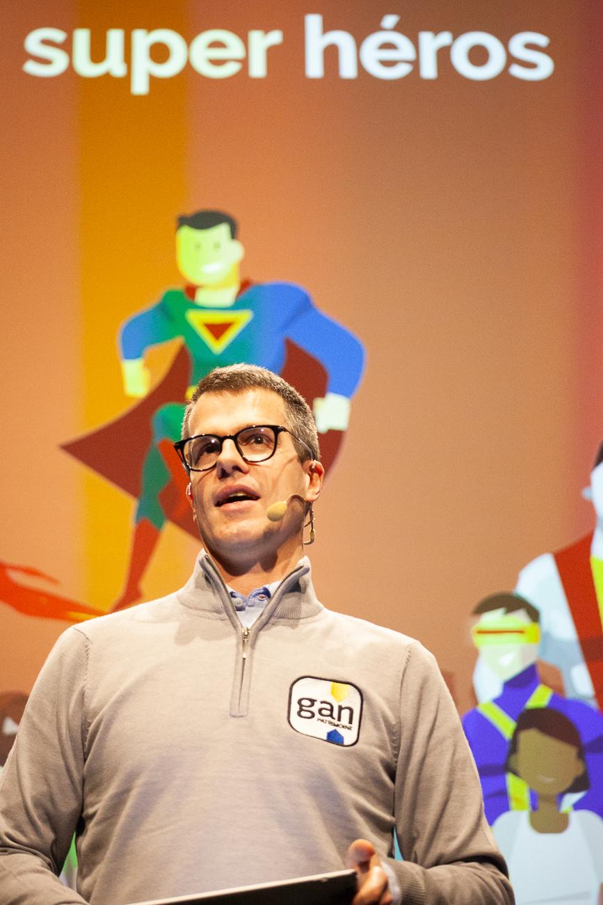 romain tanguy, directeur general et super-héro - photoreportage pour gan patrimoine, convention nationale 2018 au grand palais de lille.jpg