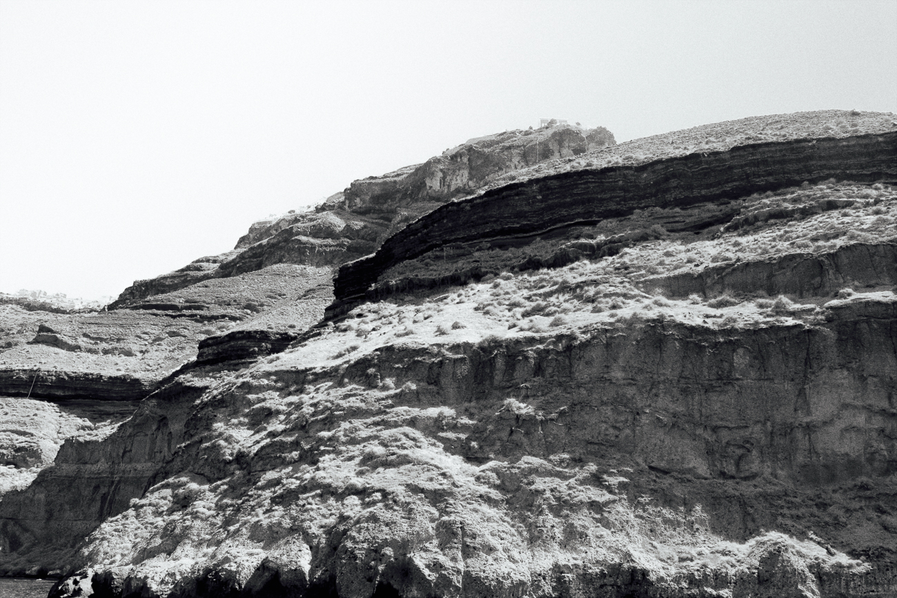 photo fine art noiretblanc projet mémoire de rêvelise rohart - montagne à santorin, grece.jpg.jpg
