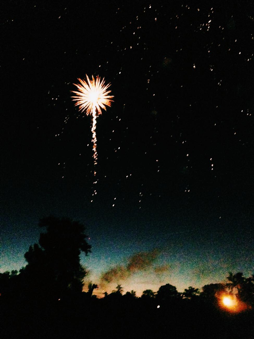 photo fine art projet mémoire de rêvelise rohart - feu d'artifice avec étoile montante.jpg