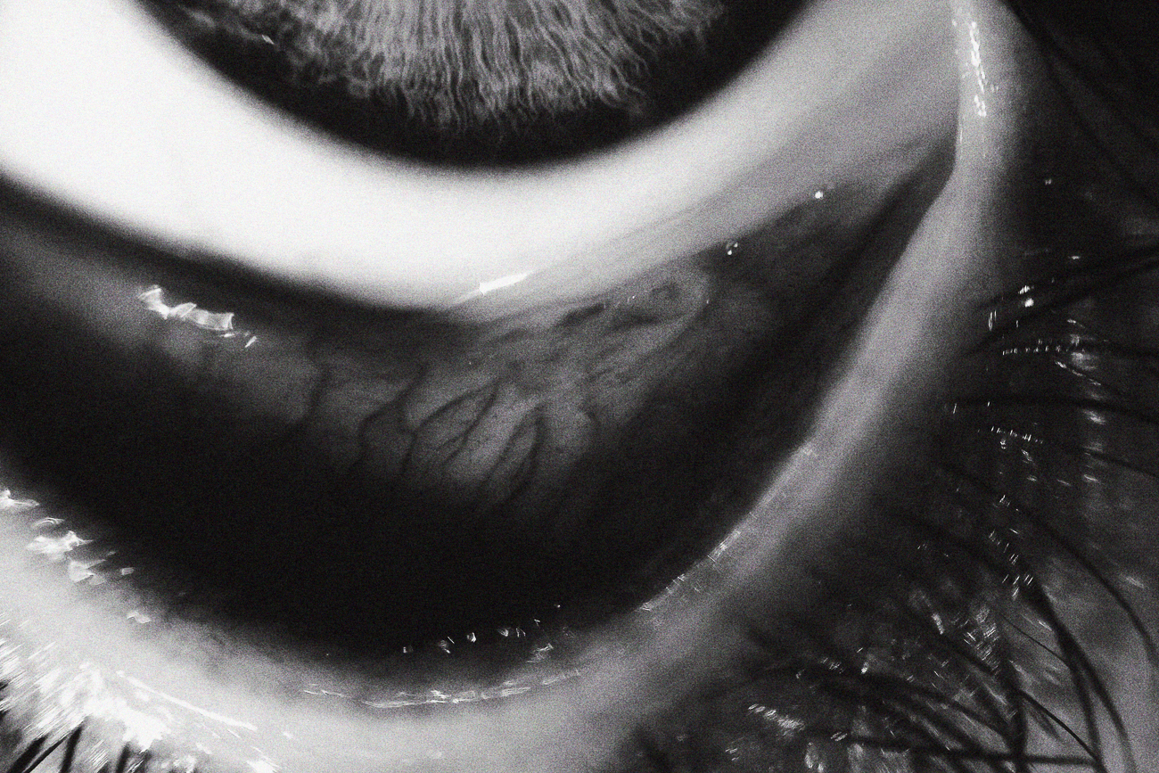 photo fine art noir et blanc projet mémoire de rêvelise rohart - détail d'un oeil.jpg