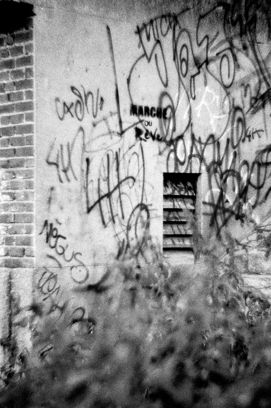 photo fine art projet mémoire de rêvelise rohart - mur graffé à la bassée.jpg.jpg