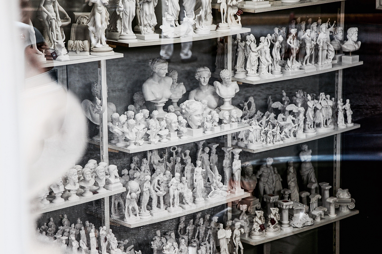 photo fine art projet mémoire de rêvelise rohart - reproductions de statues grécques sur etageres dans boutique souvenirs à athenes.jpg