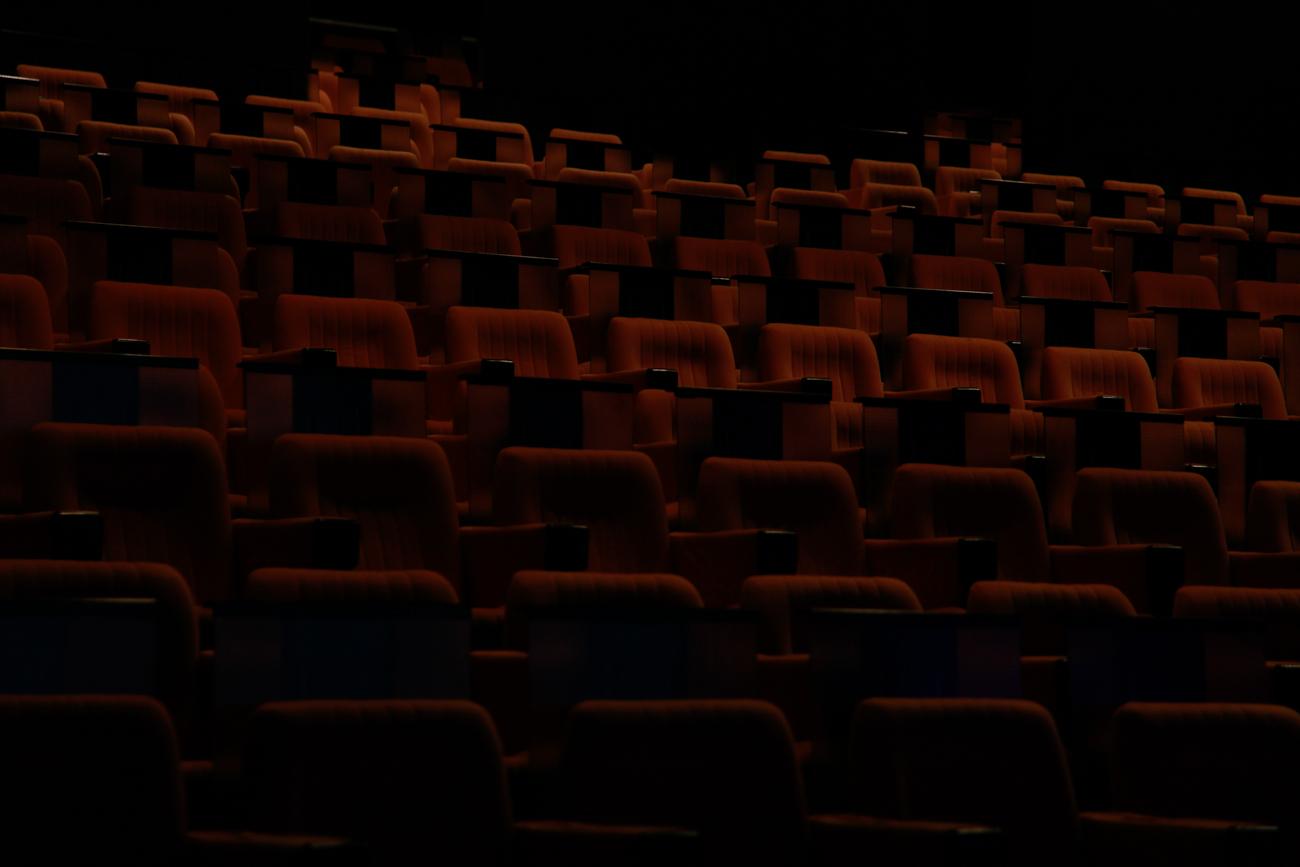 photo fine art projet mémoire de rêvelise rohart - rangés de sièges vides dans l'auditorium du grand palais de lille.jpg