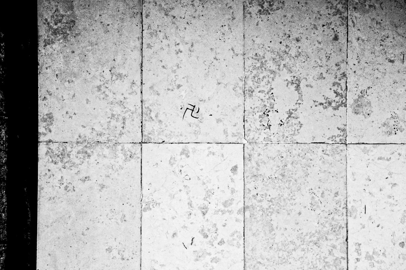 photo fine art noiretblanc projet mémoire de rêvelise rohart - grafitti d'un signe nazi sur les murs du métro à prague.jpg