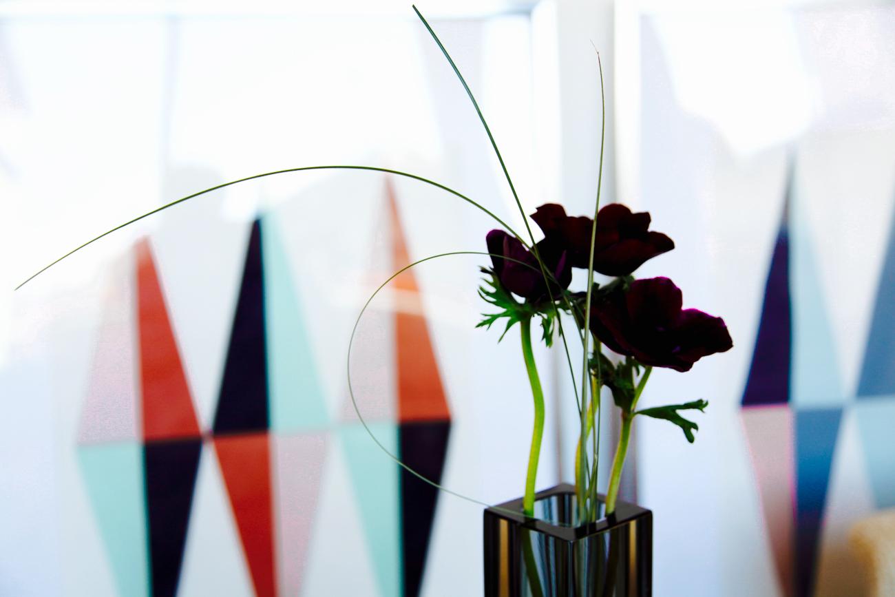 fleurs pourpres dans un burano - photo couleur fineart projet photo choses à soi - série benoit renaud - de rêvelise rohart.jpg