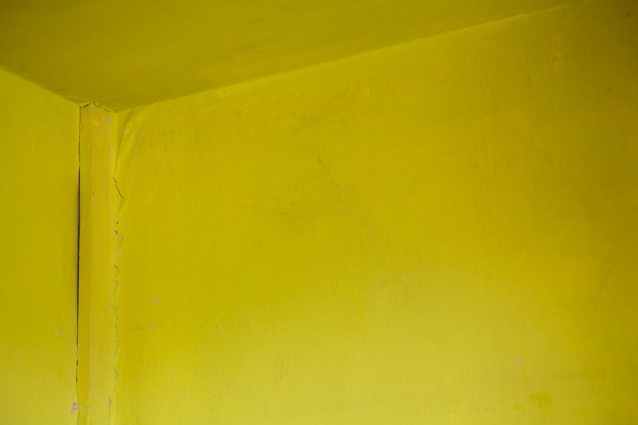 mur vieilli jaune vif - photo couleur fineart projet photo choses à soi de rêvelise rohart - série ciel sonore.jpg