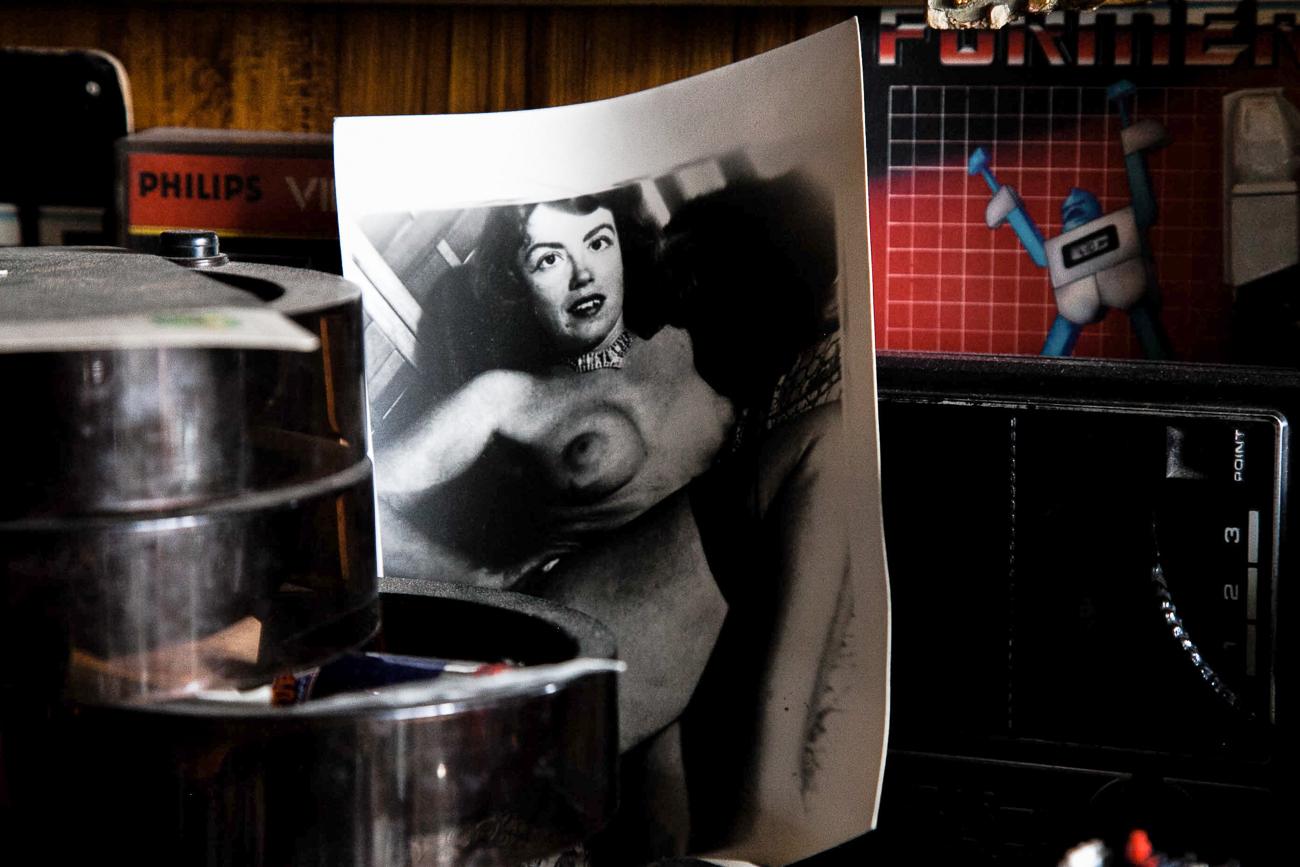 objets sur la cheminée dont vieille photo noir et blanc d'une femme nue- photo couleur fineart projet photo choses à soi de rêvelise rohart - série ciel sonore.jpg