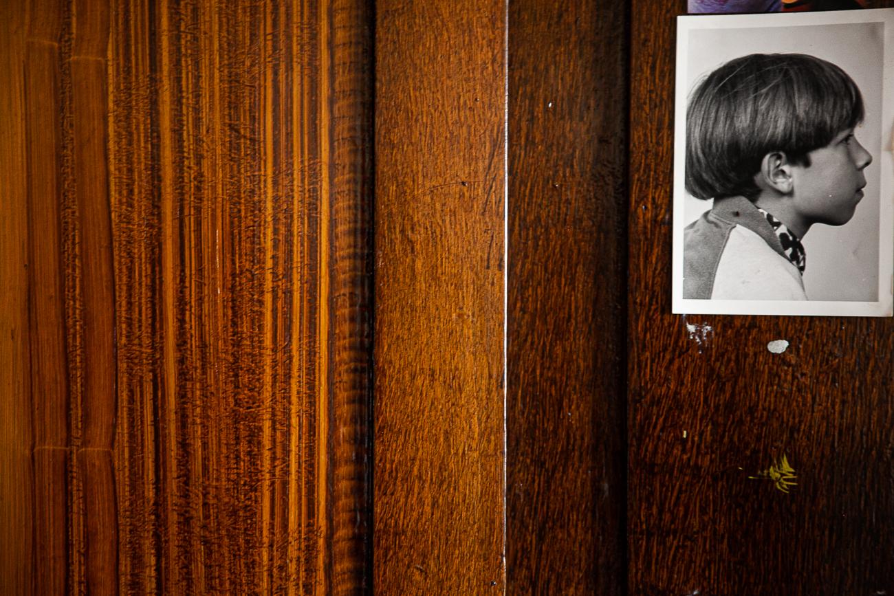 mur en bois orné d'une photo noir et blanc d'un petit garçon - photo couleur fineart projet photo choses à soi de rêvelise rohart - série ciel sonore.jpg