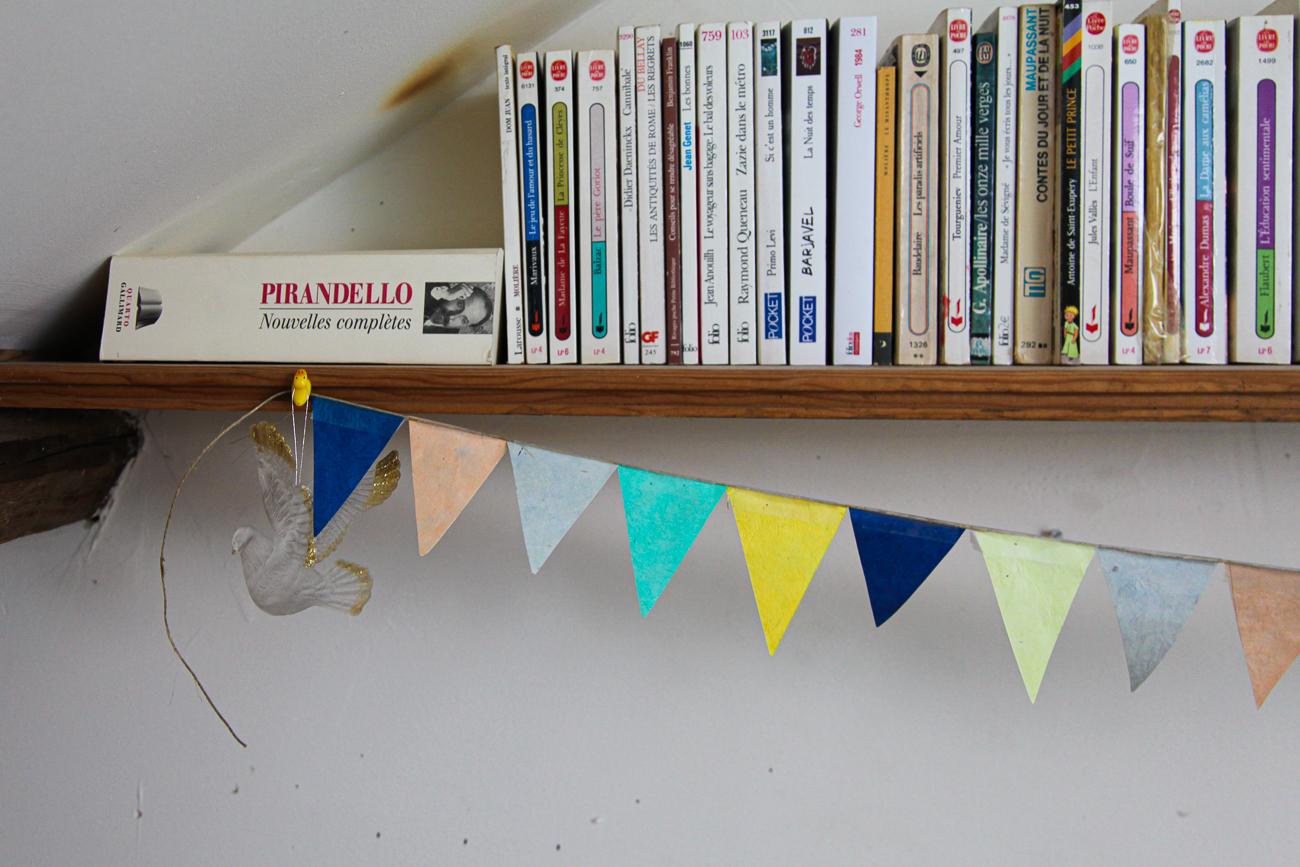 guirlande en papier lié à un oiseau en résine volant sous pirandello - photo couleur fineart projet photo choses à soi de rêvelise rohart - série lise rêvée.jpg