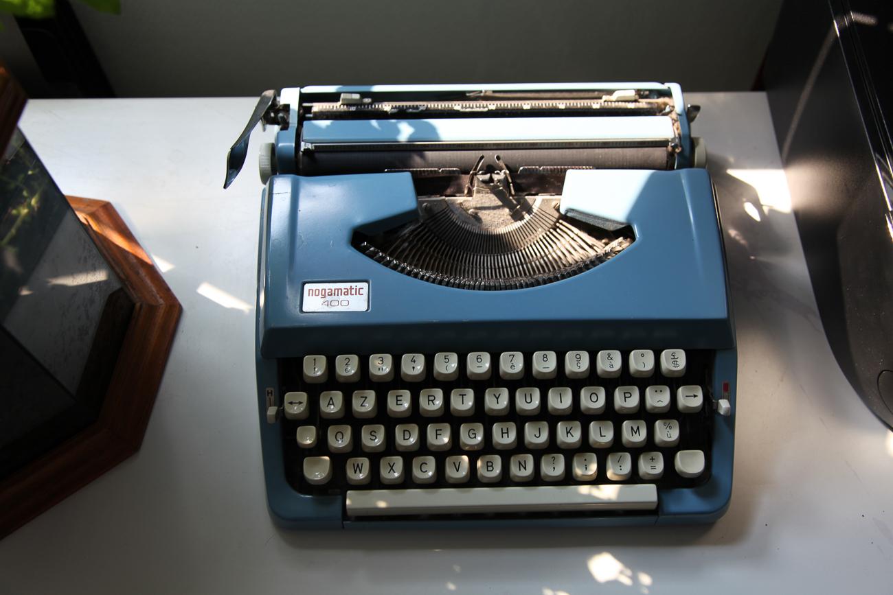 machine à écrire bleue nogamatic 400 - photo couleur fineart projet photo choses à soi de rêvelise rohart - série lise rêvée.jpg