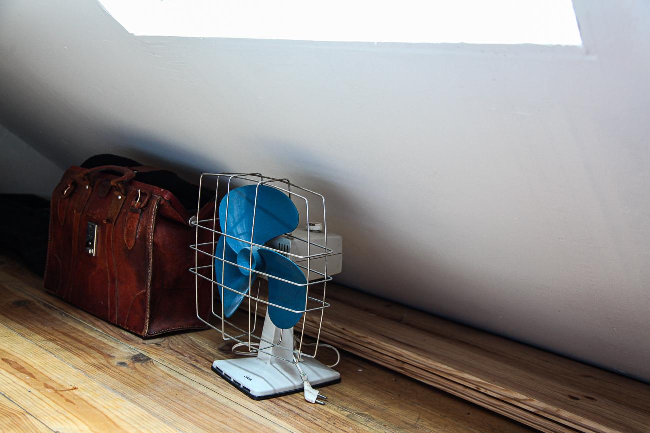 un vieux sac de médecin & un vieux ventilateur - photo couleur fineart projet photo choses à soi de rêvelise rohart - série lise rêvée.jpg
