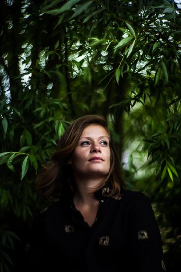 portrait de fanny assise sur une branche d'arbre pendant une séance photo portrait 1h dans le nord (59).jpg