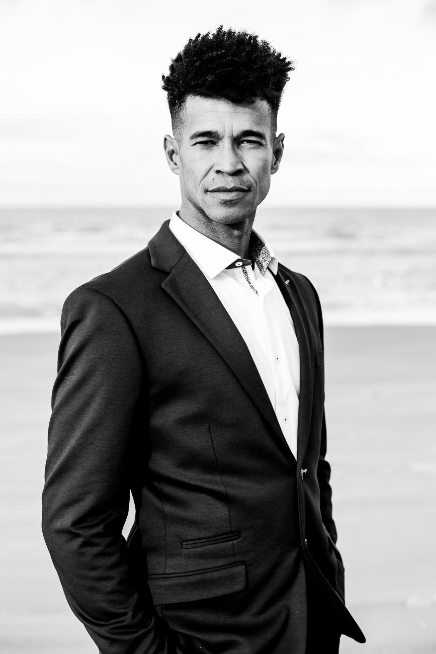 marié brésilien magnifique sur la plage de dunquerke le jour de son mariage - photo fineart noir et blanc de © rêvelise rohart pendant un reportage mariage dans le nord-pas-de-calais.jpg