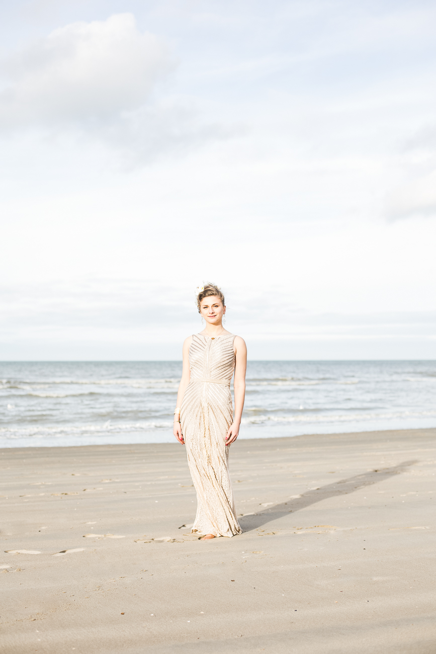 mariée aux allures de vénus sur la plage de dunquerke le jour de son mariage - photo fineart de © rêvelise rohart pendant un reportage mariage dans le nord-pas-de-calais.jpg