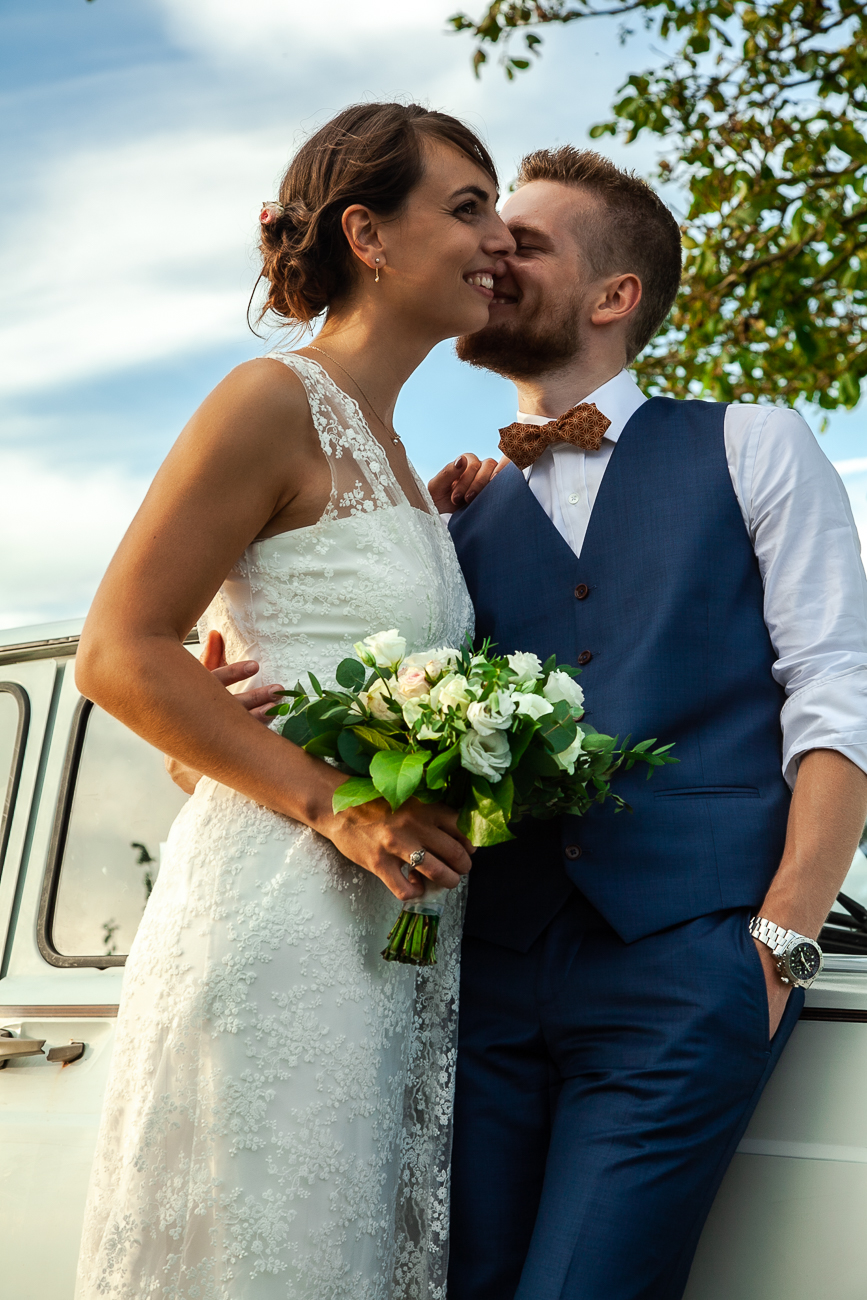 baiser de jeunes mariés - photo de © rêvelise rohart pendant un reportage mariage dans le nord et la belgique.jpg