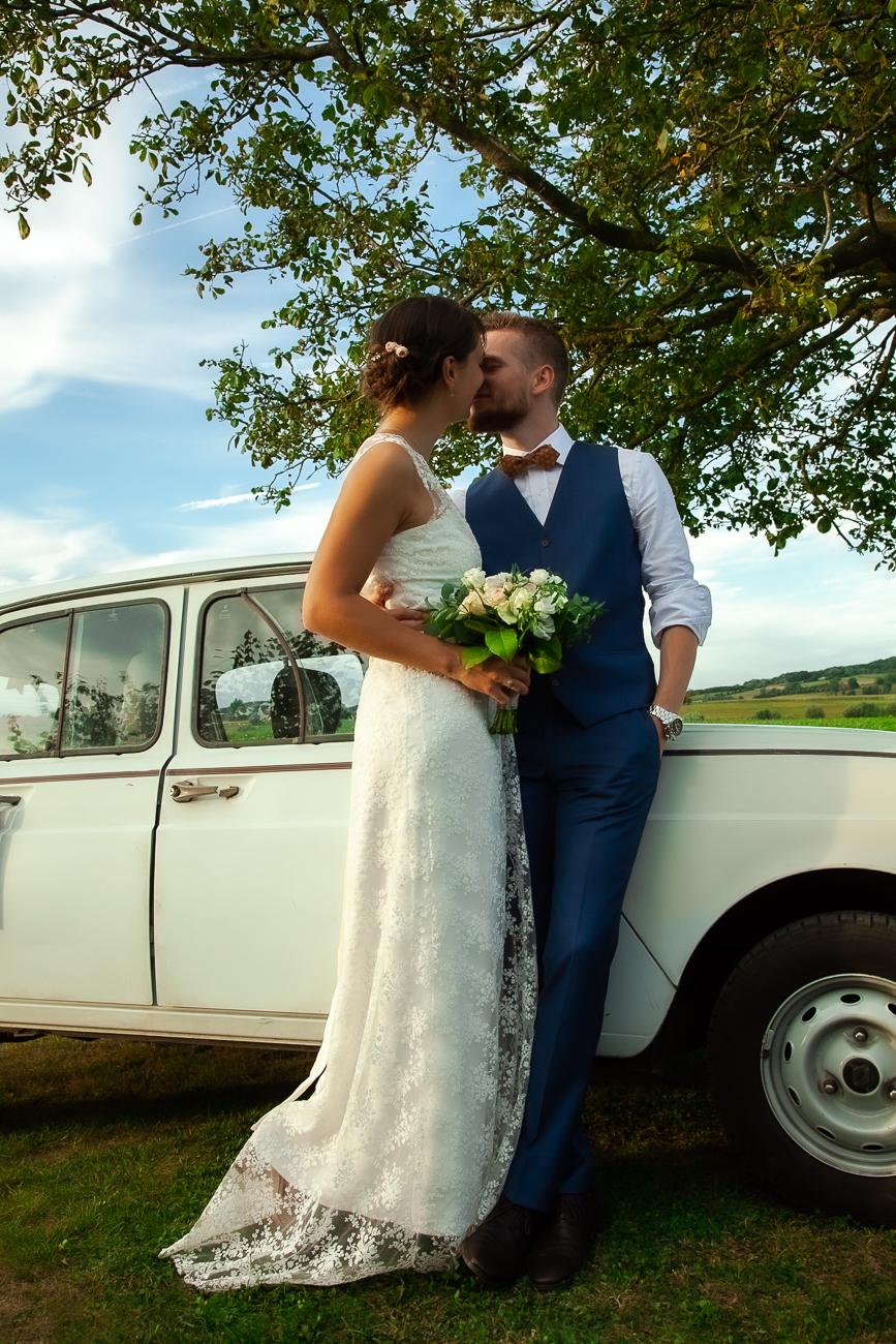 baiser de jeunes mariés - photo de © rêvelise rohart pendant un reportage mariage dans le nord (59) et la belgique.jpg