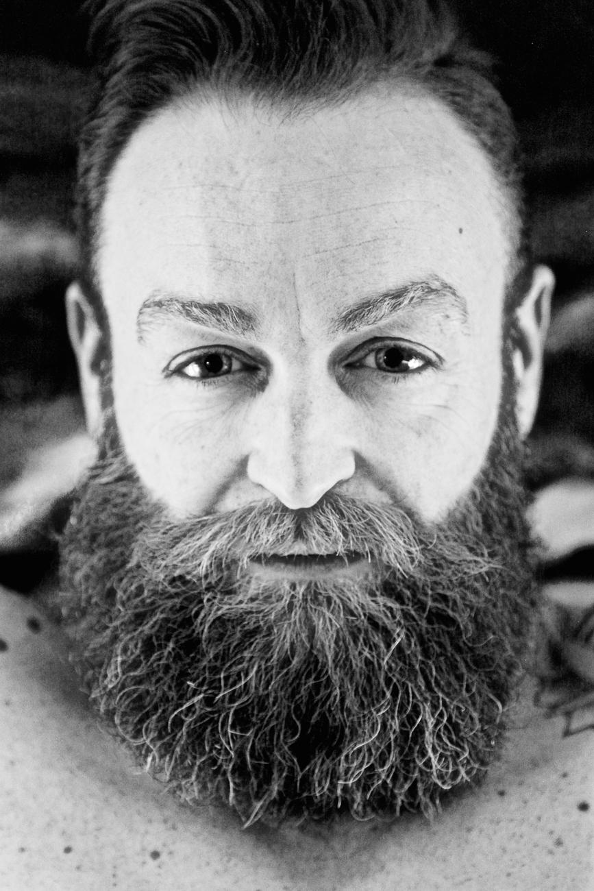 portrait sérré de michael en noir et blanc issu d'une séance photo portrait à lille.jpg