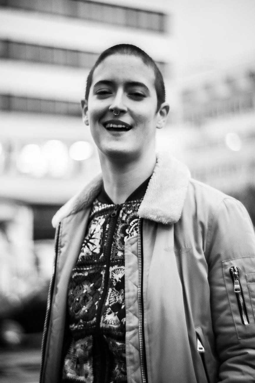 portrait rapproché de chloé en noir et blanc issue d'une séance photo portrait à tours.jpg