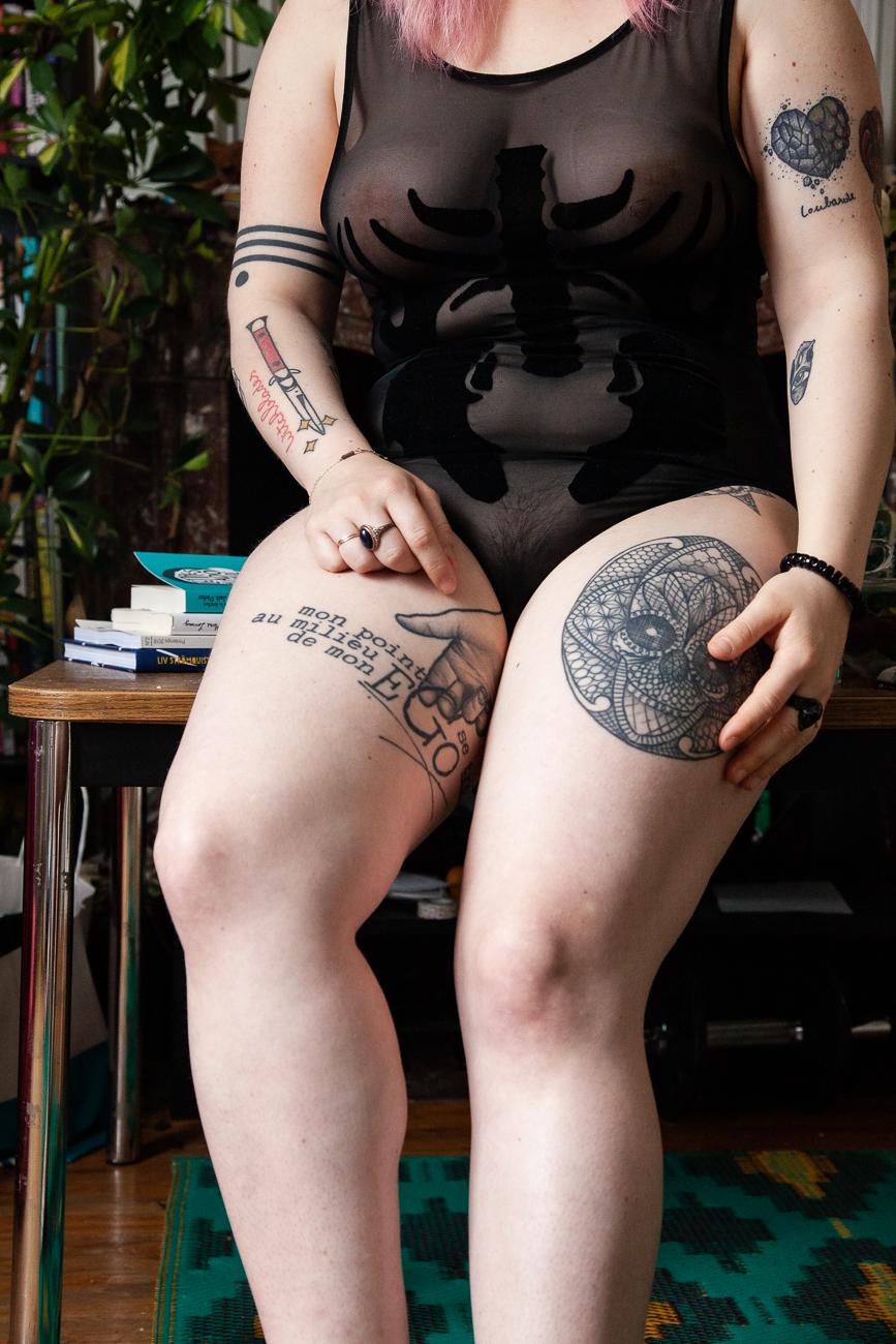 détail du corps d'une femme en body noir pendant une séance photo boudoir à domicile à lille(59).jpg