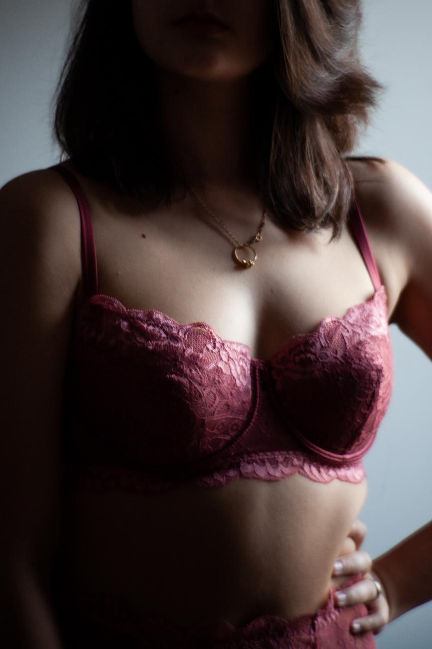 détail poitrine d'une femme en lingerie portant un pendentif pendant une séance photo boudoir à lille (59).jpg