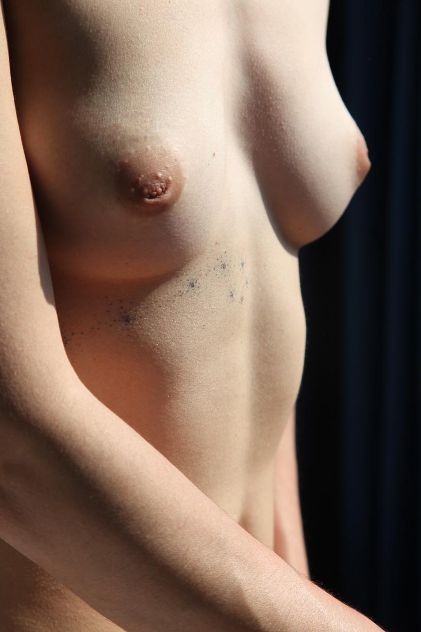 photo détail du sein d'une jeune femme pendant une le séance photo boudoir à roubaix (59).jpg