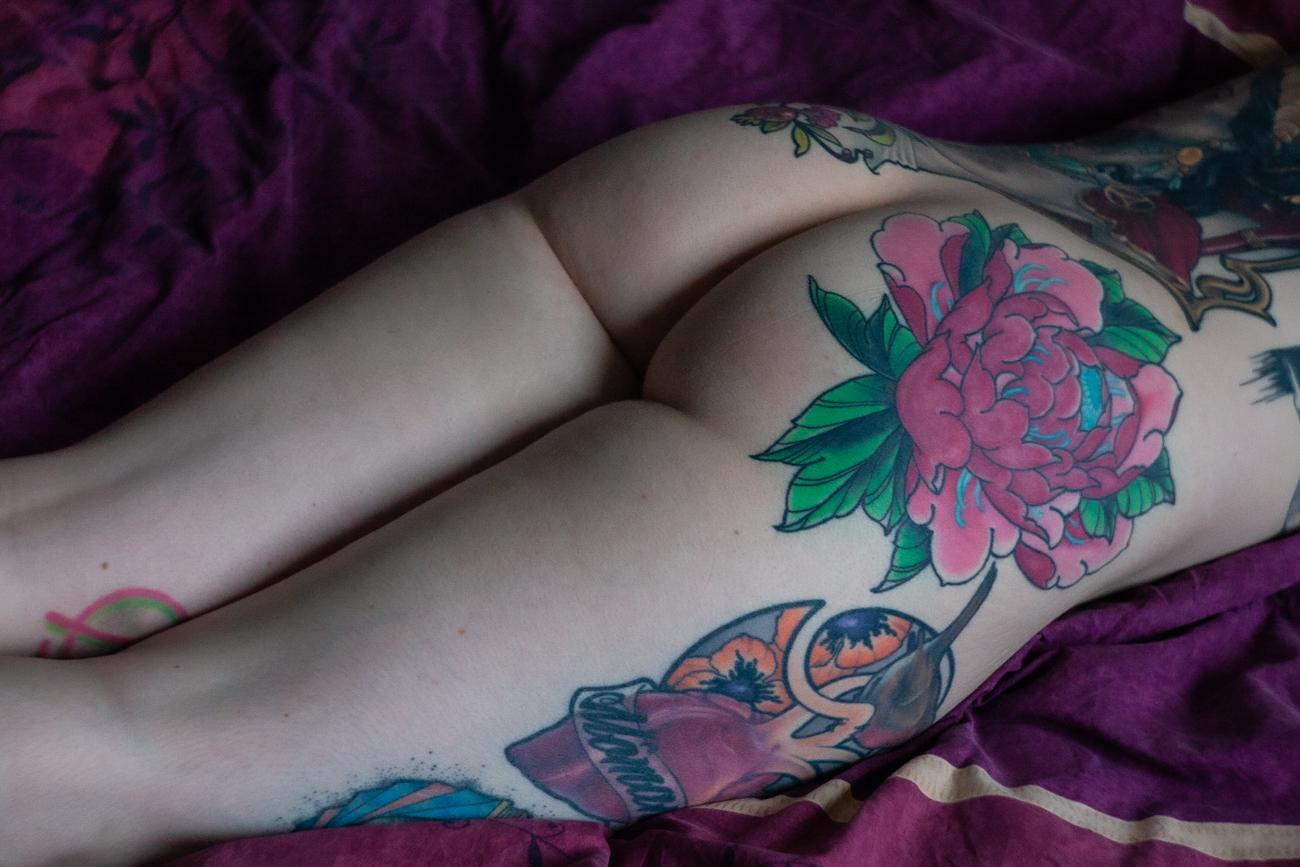 les fesses tatouées d'une femme pendant une séance photo boudoir à tours (37).jpg