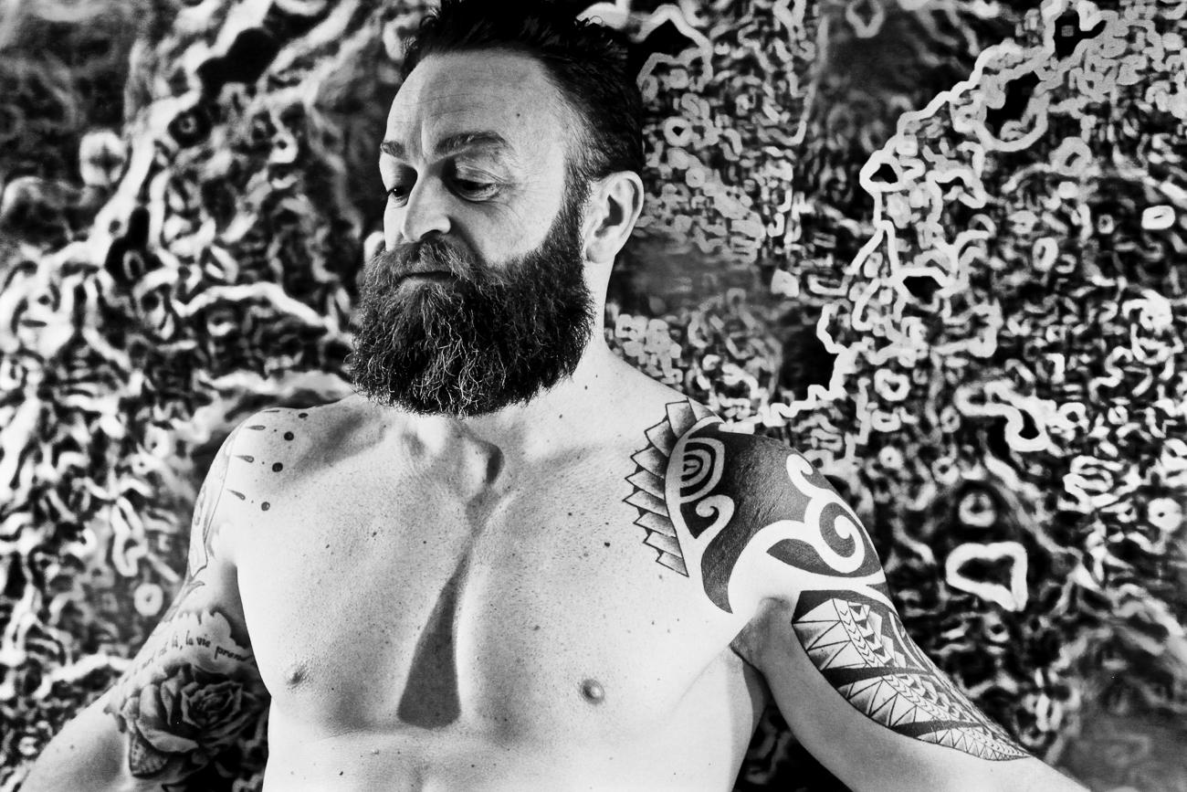 photo noir et blanc homme très musclè nu dans une chambre d'hotel pendant une séance boudoir à lille (59).jpg