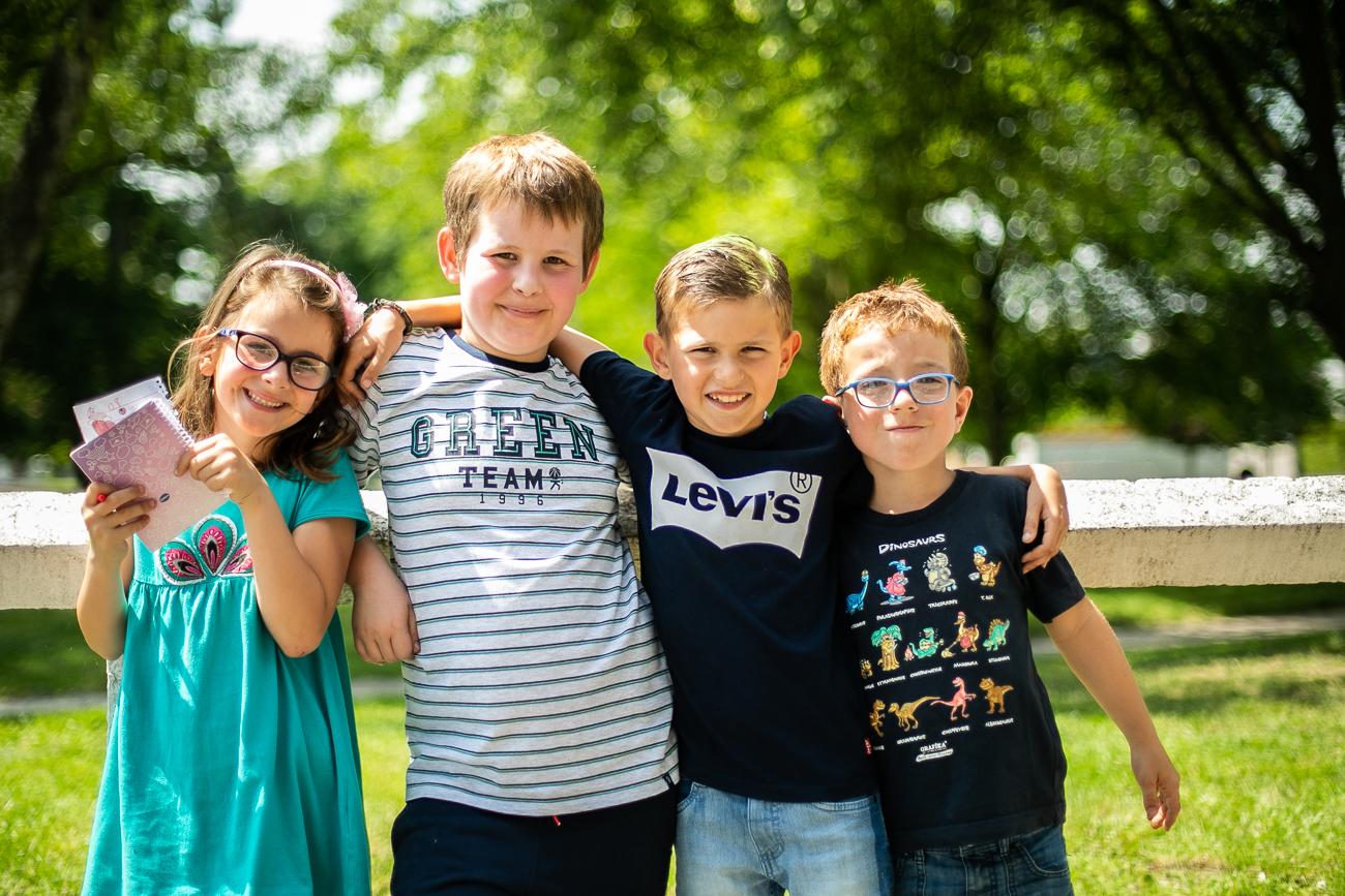 4 jeunes enfants posent pendant un reportage photo famille dans le nord-pas-de-calais à douvrin (62).jpg