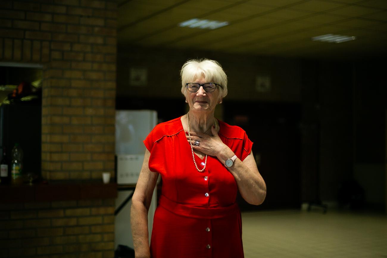 discours d'une dame âgée adressé à sa famille le jour de ses 80 ans pendant un reportage photo famille dans le nord-pas-de-calais à douvrin (62).jpg