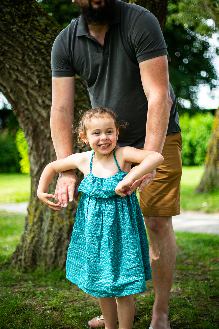 petite fille avec son papa pendant un reportage photo famille dans le nord-pas-de-calais à douvrin (62).jpg