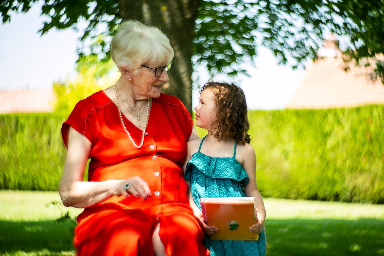 petite fille et grand-mère posent pendant un reportage photo famille dans le nord-pas-de-calais à douvrin (62).jpg
