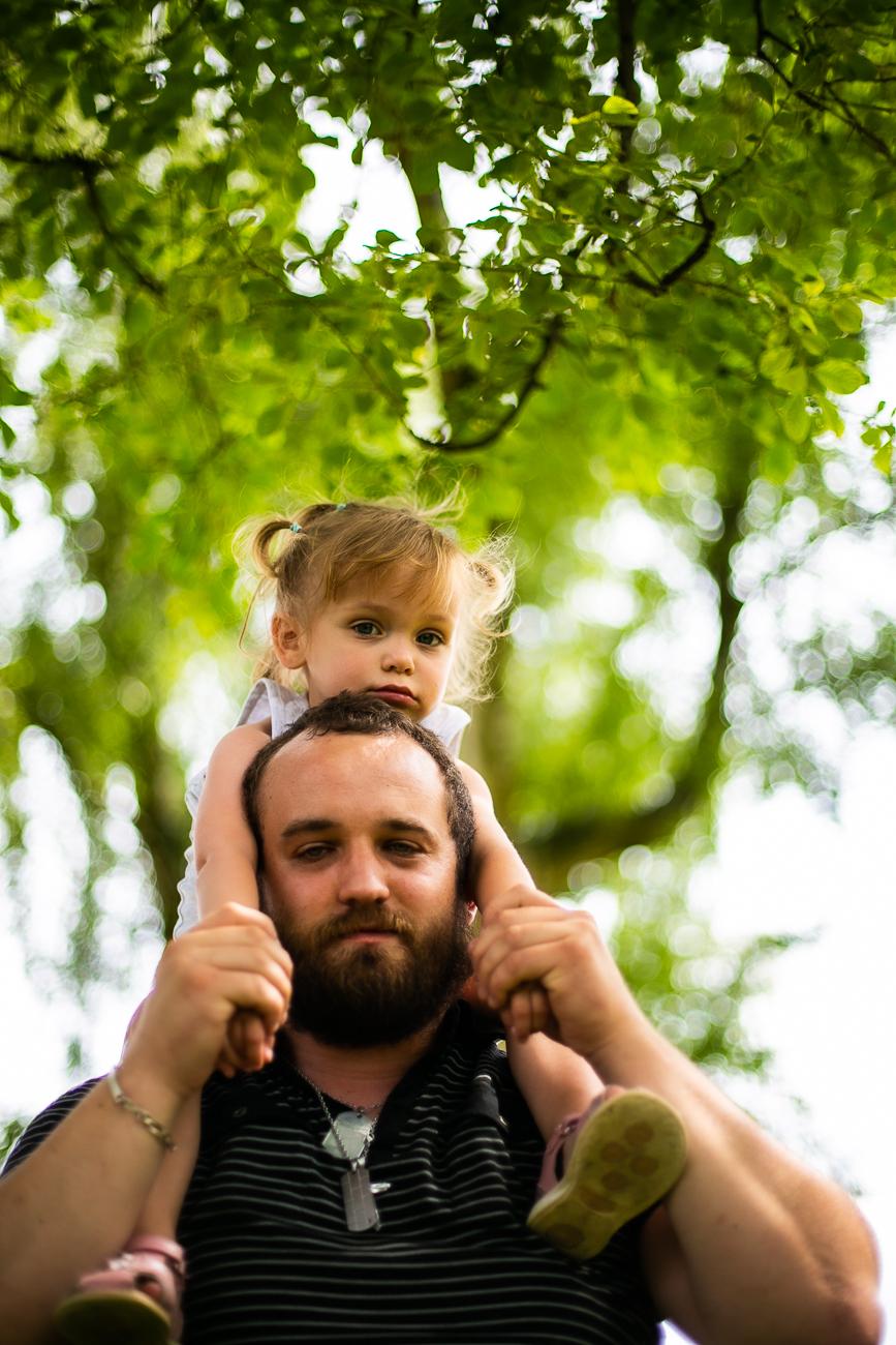 petite fille sur les épaules de son papa pendant un reportage photo famille dans le pas-de-calais à douvrin (62).jpg