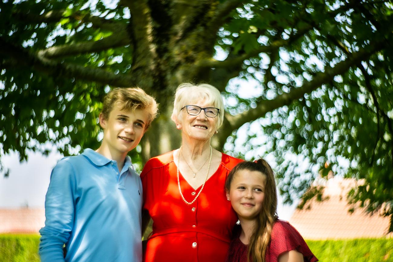 petits enfants et grand-mère posent pendant un reportage photo famille dans le nord-pas-de-calais à douvrin (62).jpg