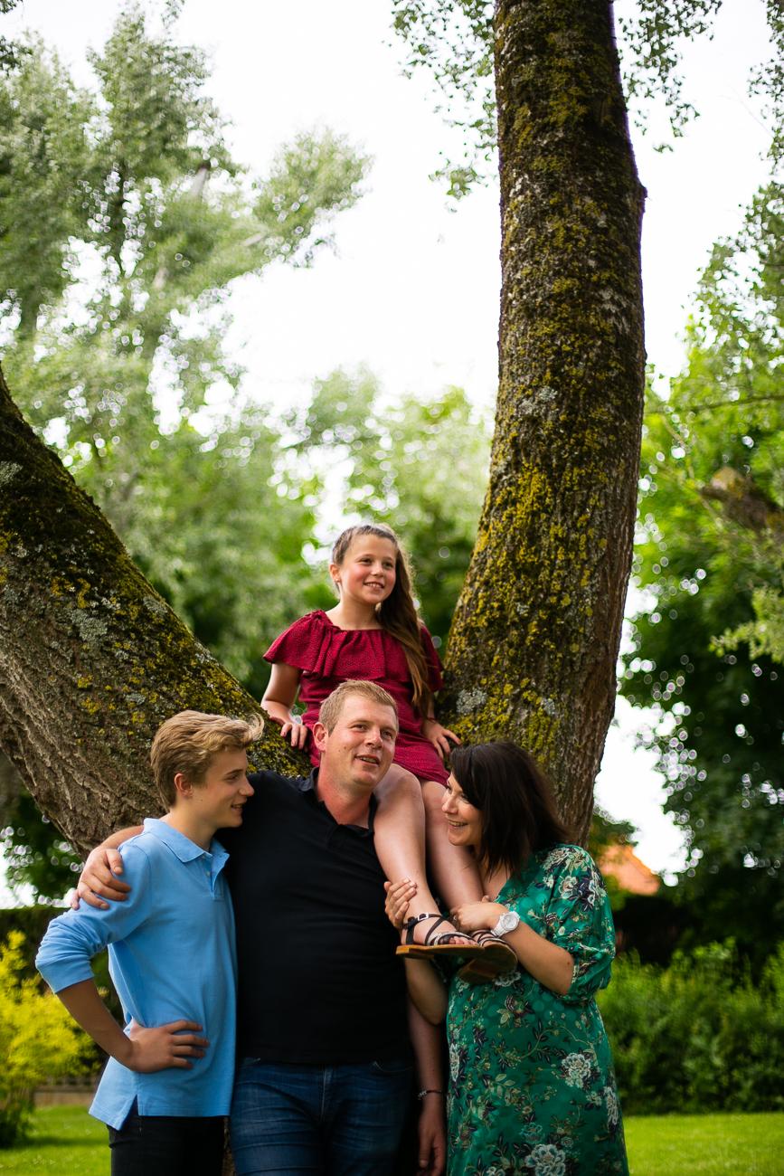 portrait de famille à la lumière naturelle d'un parc pendant un reportage photo famille dans le nord-pas-de-calais à douvrin (62).jpg