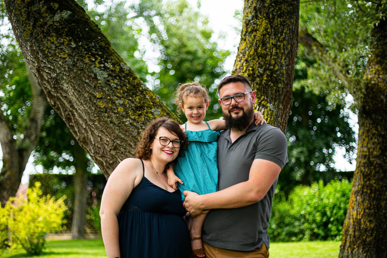 portrait de famille à la lumière naturelle d'un parc pendant un reportage photo famille dans le pas-de-calais à douvrin (62).jpg