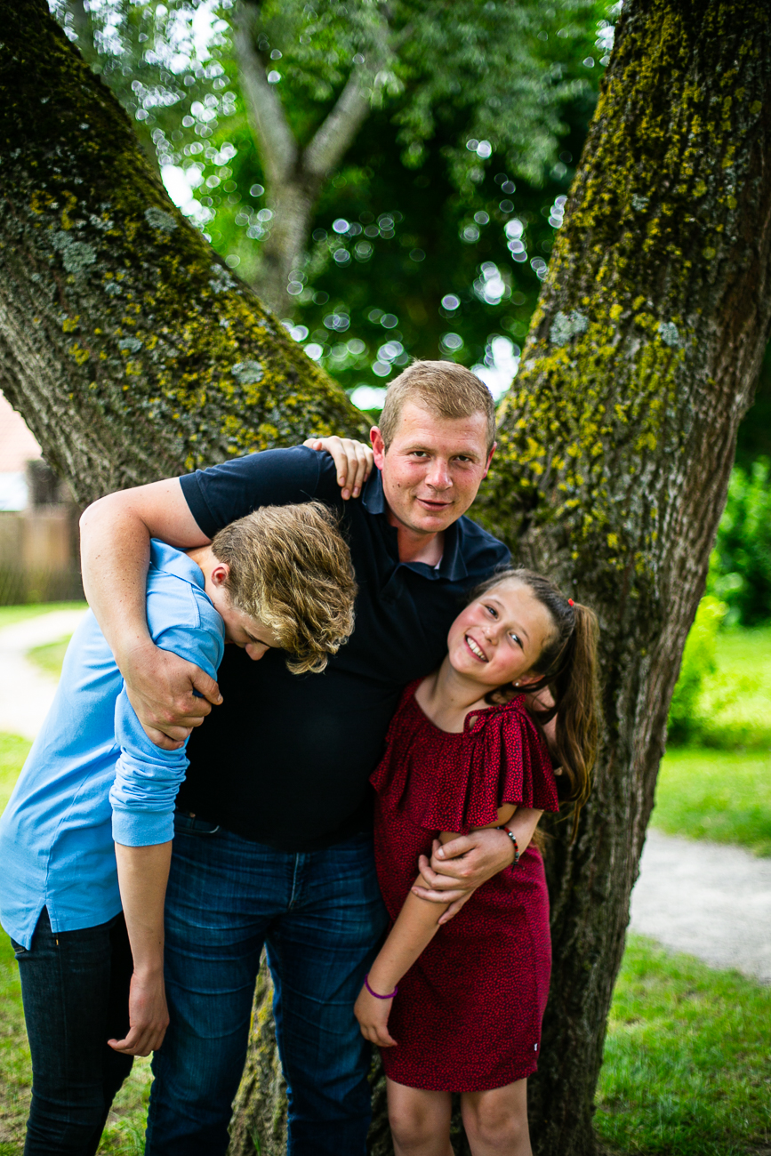 un pére s'amuse avec ses deux enfants dans un parc à douvrin pendant un reportage photo famille dans le nord-pas-de-calais (62).jpg