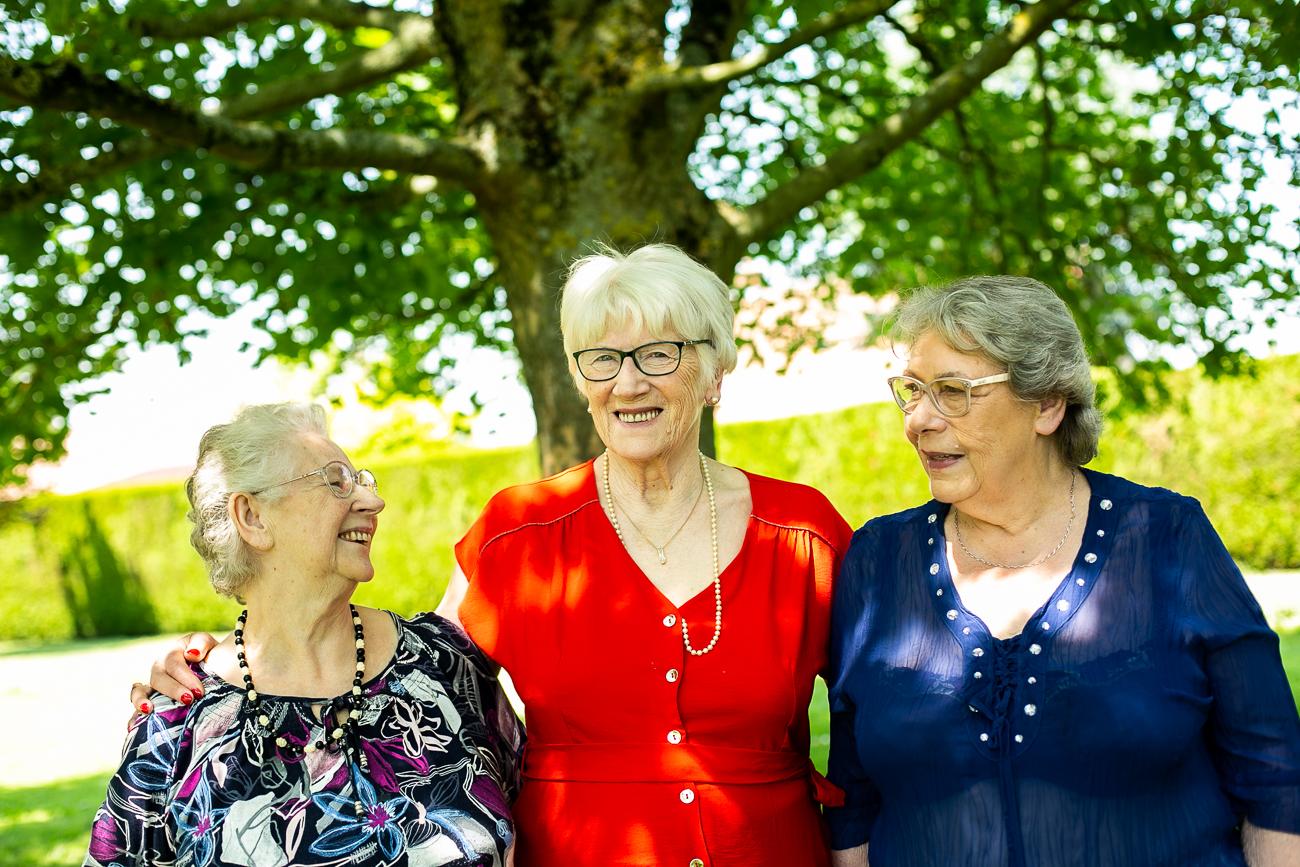 grand-mère tout sourire avec ses deux soeurs pendant un reportage photo famille dans le pas-de-calais à douvrin (62).jpg