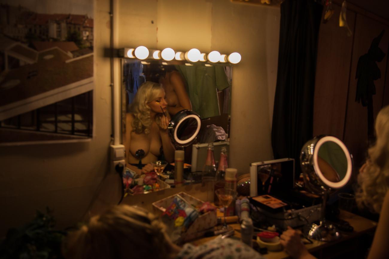 dans les coulisses pendant la preparations des danseuses -photoreportage spectacle burlesque à lille de l'association wonder burle'school.jpg