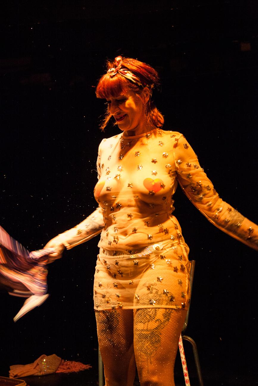 femme à la robe transparante dévoile une poussière d'étoiles -photoreportage spectacle burlesque à lille de l'association wonder burle'school à la barraca zem.jpg