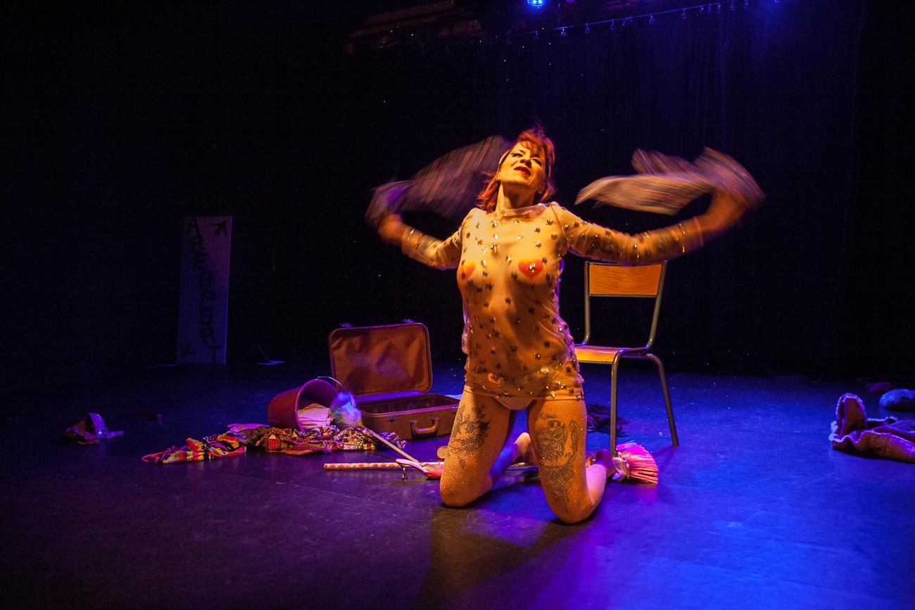 femme en robe transparante se déchaîne sur scène -photoreportage spectacle burlesque à lille de l'association wonder burle'school à la barraca zem.jpg