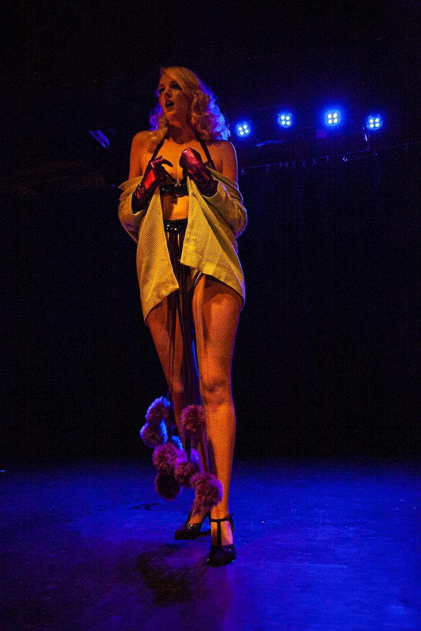 femme gantée sur scène -photoreportage spectacle burlesque à lille de l'association wonder burle'school à la barraca zem.jpg