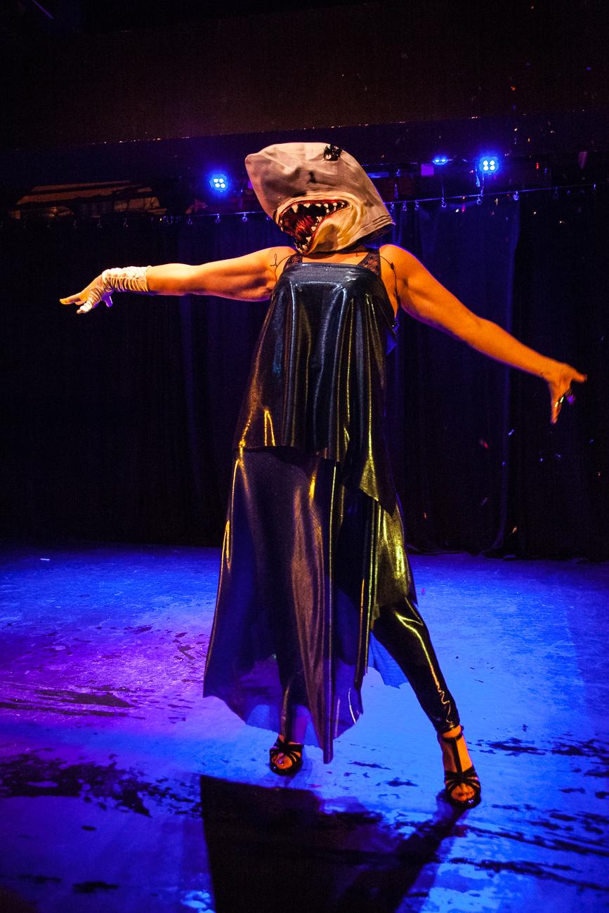 femme requin très elegante sur scène pendant son numéro -photoreportage spectacle burlesque à lille de l'association wonder burle'school à la barraca zem.jpg