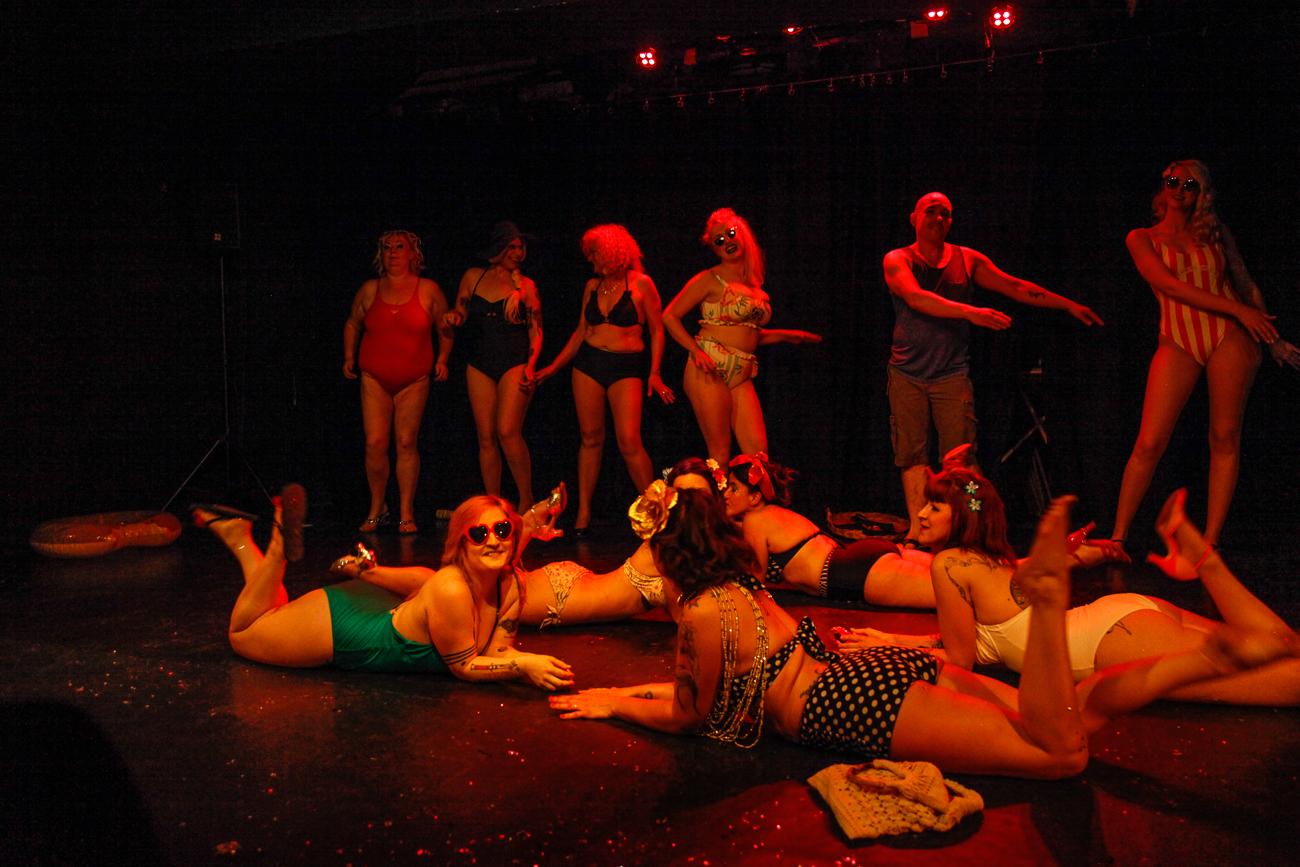 fin de spectacle, numéro de cloture danse sur la plage -photoreportage spectacle burlesque à lille de l'association wonder burle'school à la barraca zem.jpg