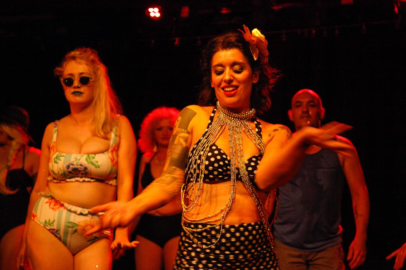 fin de spectacle, numéro de cloture sur lequel tout le monde danse -photoreportage spectacle burlesque à lille de l'association wonder burle'school à la barraca zem.jpg