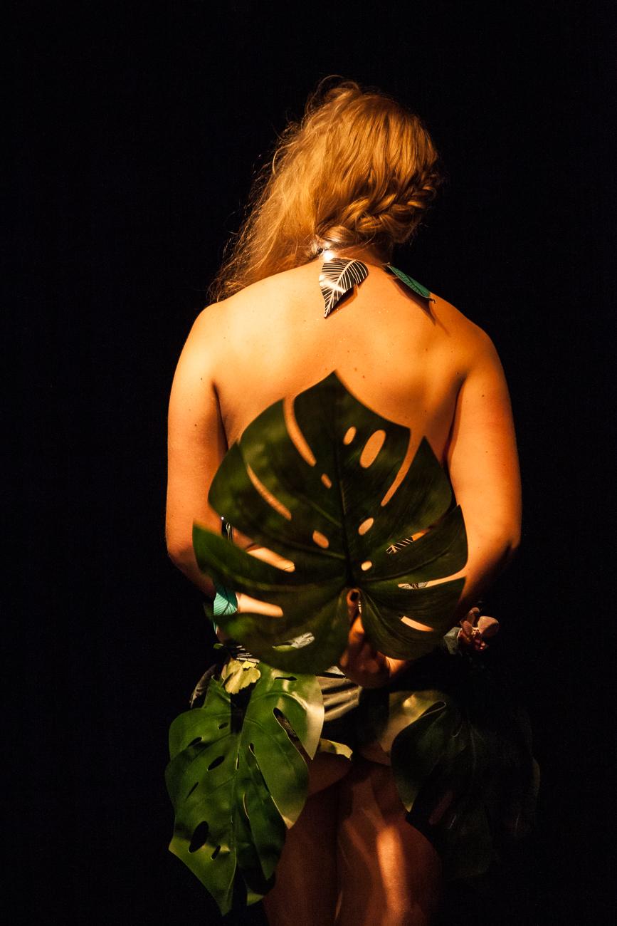 jeune femme blonde de dos pendant son show -photoreportage spectacle burlesque à lille de l'association wonder burle'school à la barraca zem.jpg