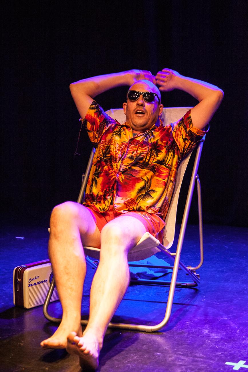homme en chemise hawaienne se prélasse sur une transat -photoreportage spectacle burlesque à lille de l'association wonder burle'school à la barraca zem.jpg