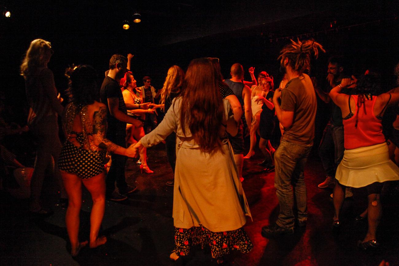 le public est invité à danser sur scène -photoreportage spectacle burlesque à lille de l'association wonder burle'school à la barraca zem.jpg