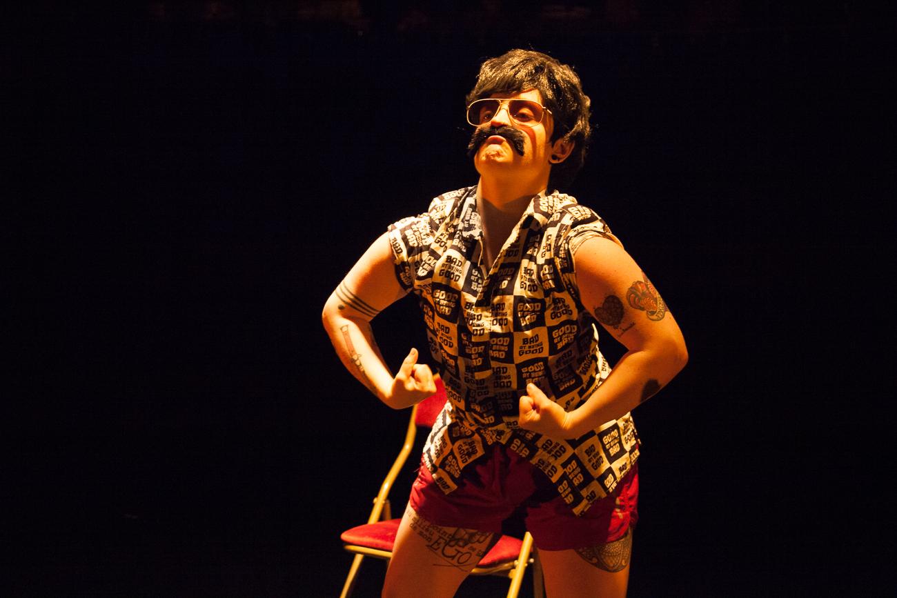 nixe amère démontre sa virilité - numéro drag king -photoreportage spectacle burlesque à lille de l'association wonder burle'school à la barraca zem.jpg